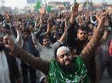 Demonstranten feiern in Straßen: Pakistans Regierung beugt sich Islamisten