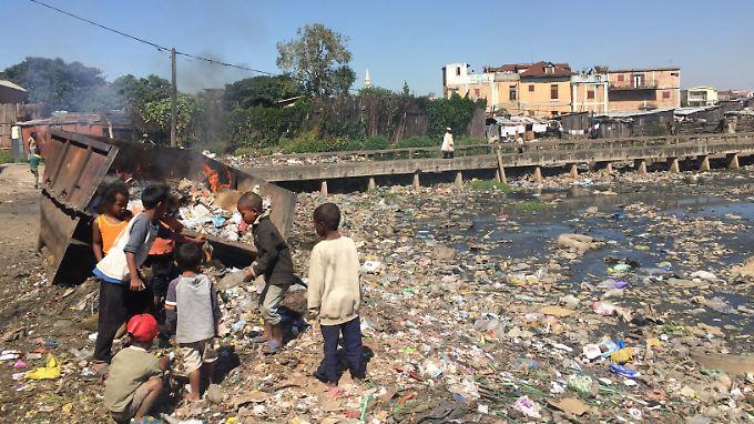 Die Epidemie hatte bedrohliche Ausmaße angenommen, weil auch dicht besiedelte Städte betroffen waren, darunter die Hauptstadt Antananarivo.