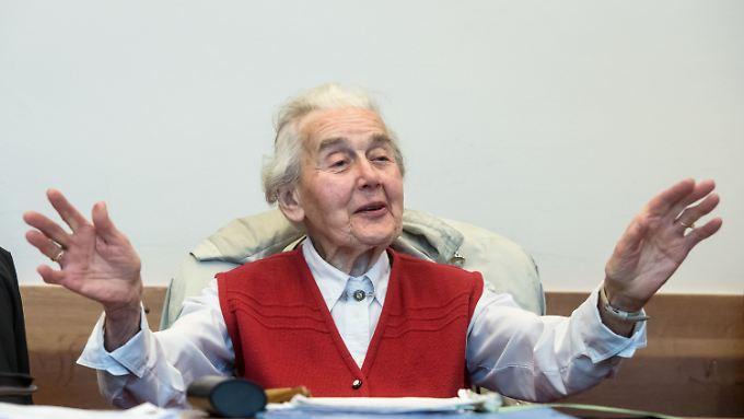 Bei ihrer Verurteilung zeigt Haverbeck keine Einsicht, sondern bestreitet die Ermordung europäischer Juden erneut.