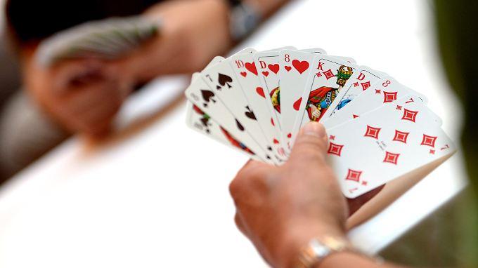 Mithilfe eines unter der Kleidung versteckten Strahlendetektors konnte ein Spieler laut Polizei die markierten Karten (nicht im Bild) erkennen und sich einen Vorteil verschaffen.