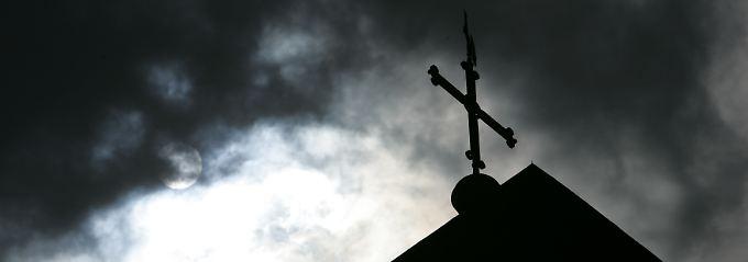 Die Kirche in Deutschland hat eigentlich ein  Selbstbestimmungsrecht, so ist es im Grundgesetz festgelegt.