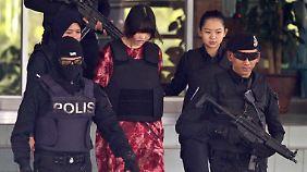 Aus Sicherheitsgründen werden die Frauen schwer bewacht und tragen schusssichere Weste.