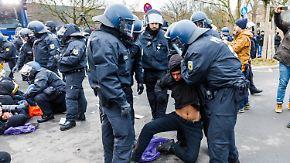 Partei kürt Petry-Nachfolger in Hannover: Polizei setzt Wasserwerfer gegen AfD-Gegner ein