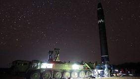 Grund der Feierlichkeiten: die Hwasong-15. Sie soll das gesamte US-Festland erreichen können.
