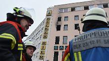Laut Polizei ist das ausgebrannte Saarbrückener Wohnhaus weiterhin gesperrt.