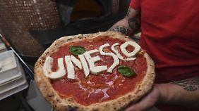 Die neapolitanische Pizza - Teig, Tomate, Käse und ein bisschen Basilikum.