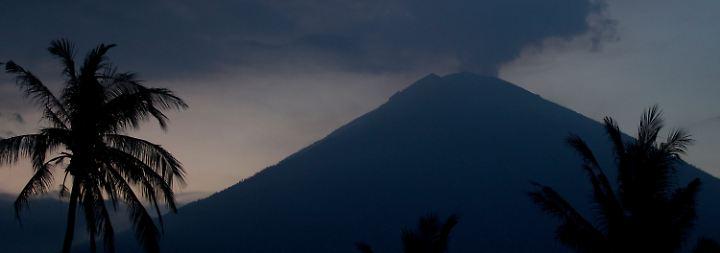 Brodelnder Vulkan Agung: Tourismusbranche auf Bali fürchtet ums Geschäft