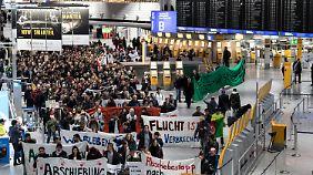 Flüchtlingsaktivisten protestieren am Flughafen gegen die Abschiebungen.