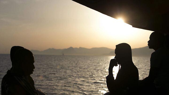 Ein langer Weg mit Ungewissheit - ein Flüchtlingsboot aus Libyen erreicht den Hafen im italienischen Trapani.