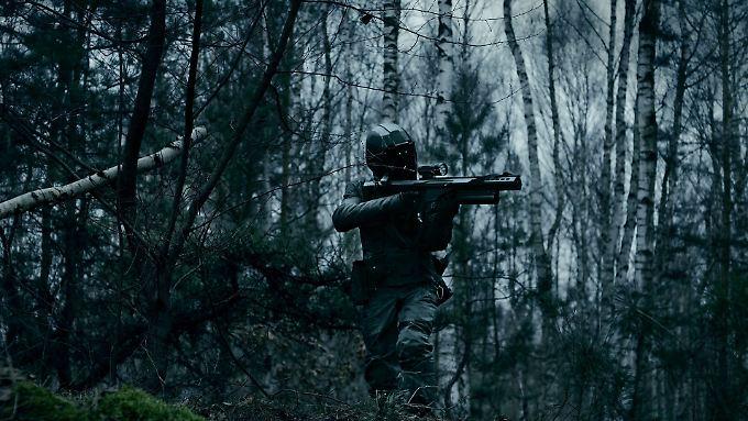 """""""S.U.M.1"""" zeigt einen Soldaten der Zukunft auf Solo-Mission im Brandenburger Wald."""