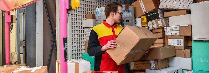 Hochsaison in den Verteilzentren: In den Wochen vor Weihnachten schwillt die Zahl der Paketlieferungen regelmäßig kräftig an.