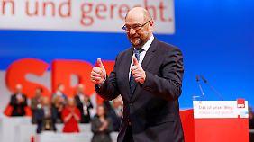 Was hat zwei Daumen und nach drei Minuten Applaus genug? Martin Schulz.