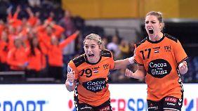 Estavana Polman (L.) und Nycke Groot freuen sich über ihren Erfolg bei der Handball-WM.