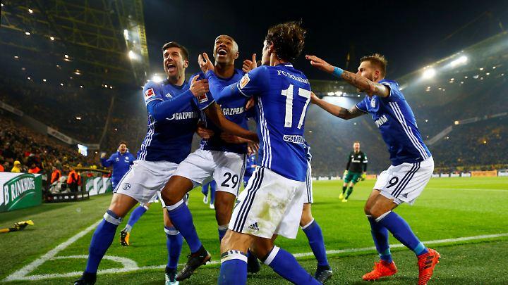 Aus gleich in der Nachspielzeit: Die Mitspieler feiern Naldos (M.) Treffer zum 4:4 gegen Dortmund.