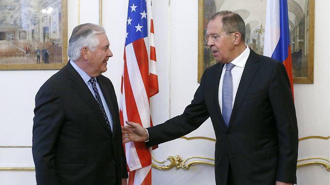 Hier sieht US-Außenminister Rex Tillerson (l.) zwar noch recht freundlich aus, später wird die Stimmung zwischen ihm und seinem russischem Amtskollegen Sergej Lawrow jedoch kippen.