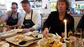 Eine gemütliche Runde: Tillmann (Mitte) isst mit uns gemeinsam.