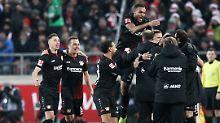 Die Leverkusener feiern das 2:0 durch Lars Bender.
