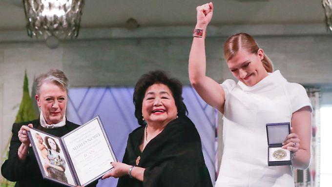 Die Hiroshima-Überlebende Setsuko Thurlow (Mitte) und Ican-Direktorin Beatrice Fihn (rechts) erhalten von Berit Reiss-Andersen vom Nobelpreis-Komitee den Friedensnobelpreis.