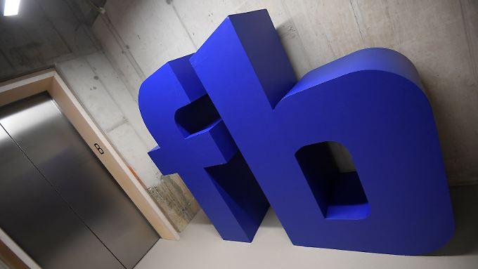 Ein Facebook-Logo im Londoner Büro des Netzwerks.