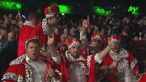 Alle Blicke auf Phil Taylor: Fans machen Darts-WM zur schrägen Sportparty