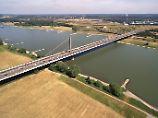 Die Autobahnbrücke weist viele Schäden auf.
