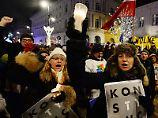 Protest gegen umstrittene Reform: Polen singen für unabhängige Justiz