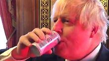 """Sehr gut. Mjam"": Johnson trinkt Fukushima-Pfirsichsaft"