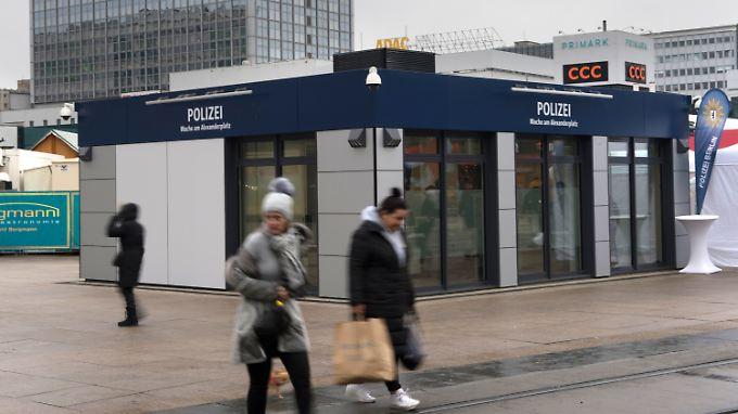 Mitten auf dem Alexanderplatz steht das neue Vorzeigeobjekt der Berliner Polizei: die Alex-Wache.
