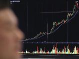 Eine Anzeigetafel mit dem Chart der Digitalwährung Bitcoin.