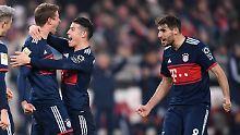 Champagnerfußball? Nun ja. Thomas Müller, James Rodriguez und Javier Martínez freuen sich dennoch über den Sieg in Stuttgart.