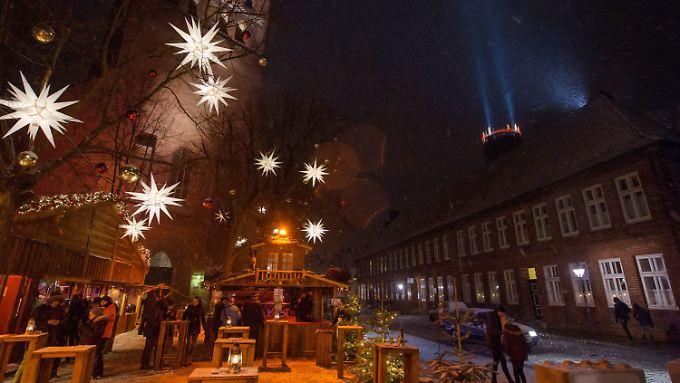 Auch wenn die AfD schon Alarm schlägt: An der St. Johanniskirche in Lüneburg wird Weihnachten ebenso gefeiert wie am Johanneum.