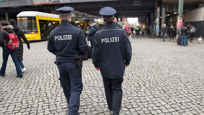 Polizeistreife auf dem Alexanderplatz. Hier gibt es seit kurzem eine Wache.