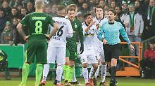 Schiri Guido Winkmann macht im Pokalspiel zwischen Bremen und Freiburg einen Fehler - entschuldigt sich aber später.
