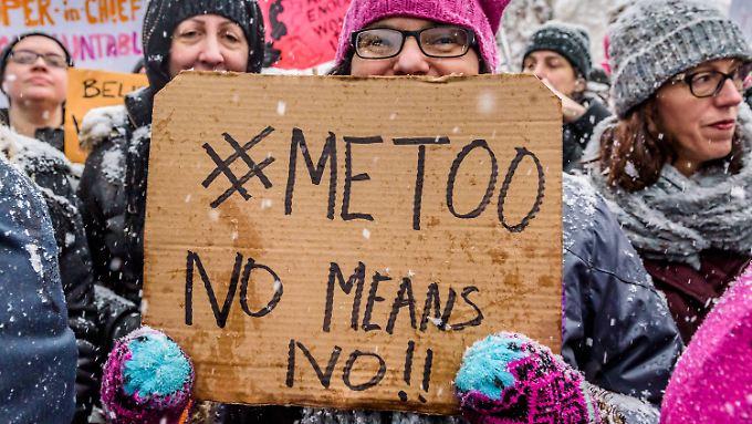 In New York demonstrierten Dutzende Frauen vor dem Trump Tower. Der US-Präsident wurde bereits mehrfach beschuldigt, sexuell übergriffig gewesen zu sein. Konsequenzen hat er nicht gezogen.