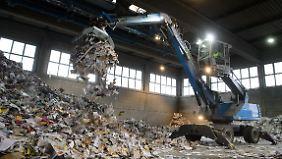 In den Vorweihnachtstagen verarbeitet der Betrieb bis zu 900 Tonnen Papier.