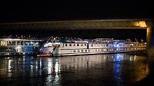 Unfall auf dem Rhein: Hotelschiff rammt Brücke