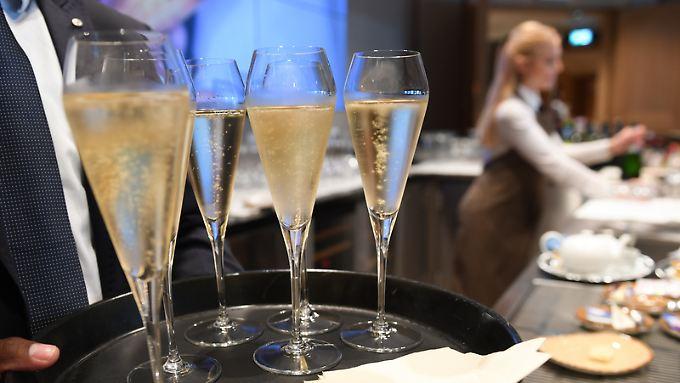 Champagner-Forscher haben unter anderem festgestellt, dass ein Kühlen des Getränks dazu führt, dass in jeder Blase weniger Alkohol transportiert wird.