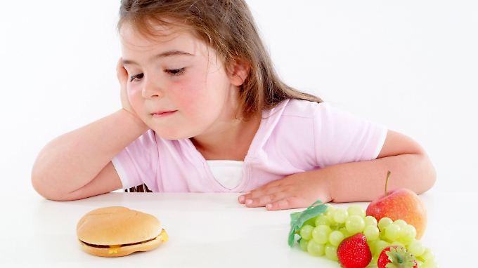 Immer mehr Kinder in Deutschland gelten als fettleibig - schuld daran soll auch die Werbung sein.