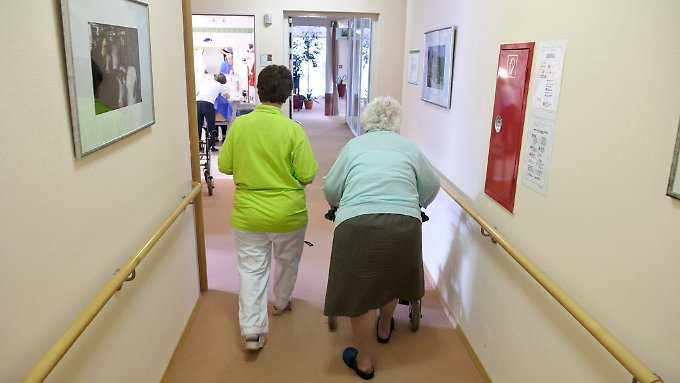 Ein Mindestpersonalschlüssel für Pflegeheime soll ständigen Personaleinsparungen einen Riegel vorschieben.