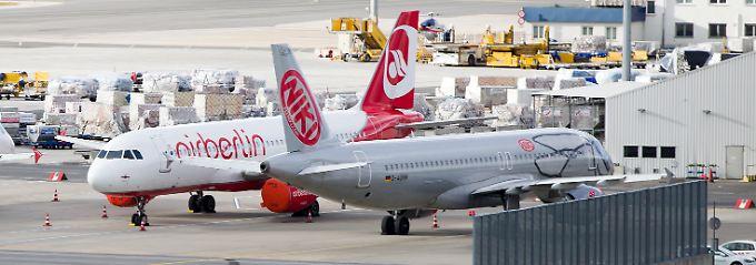 Abgestellt auf dem Flughafen Wien-Schwechat: Eine Maschine von Air Berlin wartet an der Seite eines Niki-Fliegers (r.) auf das weitere Schicksal der österreichischen Air-Berlin-Tochter.