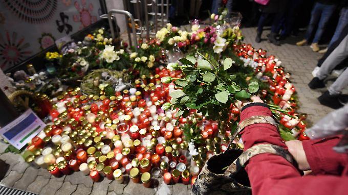 Am Tatort in Kandel zündeten Hunderte Menschen Kerzen in Gedenken an das Opfer vom Messermord an.