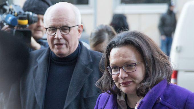 Der CDU/CSU-Bundestagsfraktionsvorsitzende Volker Kauder und die SPD-Bundestagsfraktionsvorsitzende Andrea Nahles.