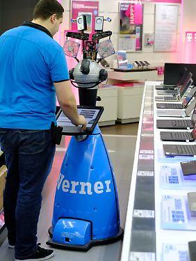 """Der Service-Roboter mit dem Namen """"Werner"""" steht in einer Filiale von Electronic Conrad in Stuttgart."""