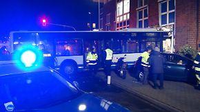 Kaum zu glauben, aber wahr: Bus rammt vier Autos und kracht in Bankfiliale
