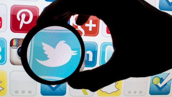 Seit das Netzwerkdurchsetzungsgesetz in Kraft getreten ist, werden die Kommentare unter anderem bei Twitter mehr unter die Lupe genommen.