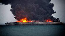 """Ein von Südkoreas Küstenwache veröffentlichtes Foto zeigt den brennenden Tanker """"Sanchi""""."""