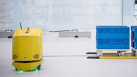 """Der Roboter """"Banana Joe"""" (links) hält automatisch an, sobald sich ihm etwas in den Weg stellt."""