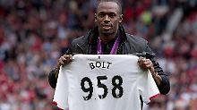 """Ein Trikot """"seines"""" ManUnited hängt bereits in Usain Bolts Schrank. Es ist das mit seiner Weltrekord-Nummer."""
