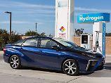 Schön ist der Toyota Mirai nicht, aber er fährt mit Wasserstoff.