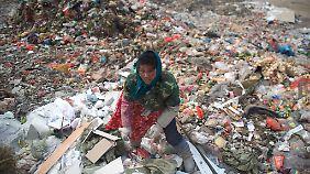 Die Bedingungen, unter denen in China Müll sortiert und verarbeitet wird, sind für die Arbeiter oftmals unzumutbar.